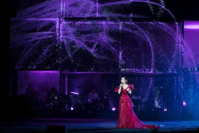 Làm liveshow kỷ niệm 6 năm ca hát, Hương Tràm bật khóc, rưng rưng ôm lấy Thu Phương  - Ảnh 4.