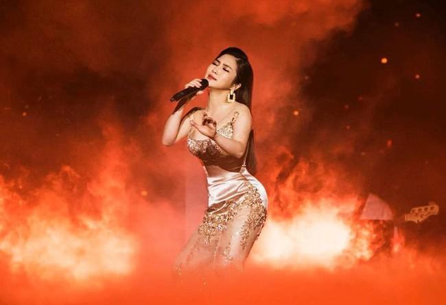 Làm liveshow kỷ niệm 6 năm ca hát, Hương Tràm bật khóc, rưng rưng ôm lấy Thu Phương  - Ảnh 5.