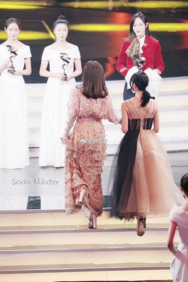 Câu hỏi lớn nhất sự kiện Đêm Weibo 2018: Đôi giày cao gót của Tần Lam cao bao nhiêu cm? - Ảnh 5.