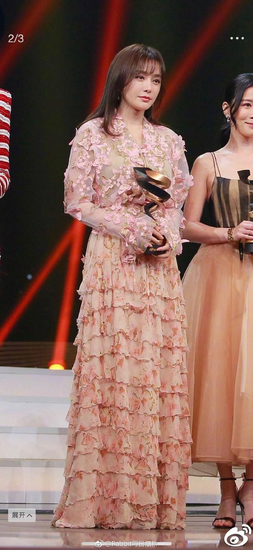 Câu hỏi lớn nhất sự kiện Đêm Weibo 2018: Đôi giày cao gót của Tần Lam cao bao nhiêu cm? - Ảnh 8.