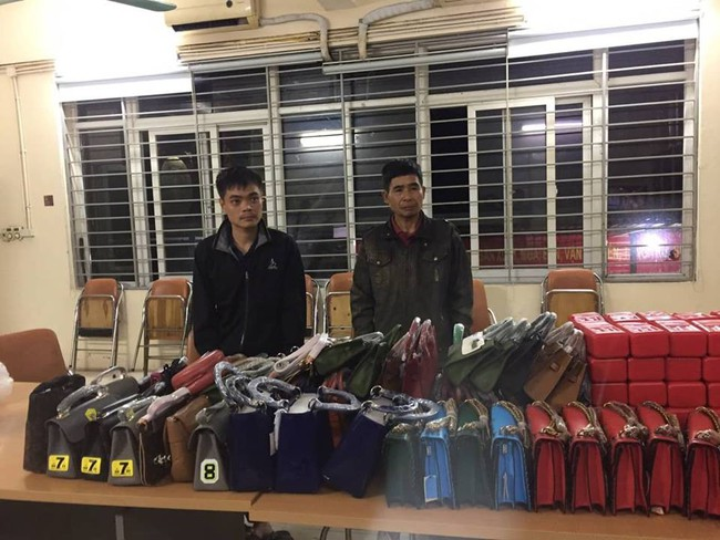 Cảnh sát 141 Hà Nội phát hiện chuyến xe chở hàng trăm quả pháo và túi xách của phụ nữ bị nhái hàng hiệu - Ảnh 4.