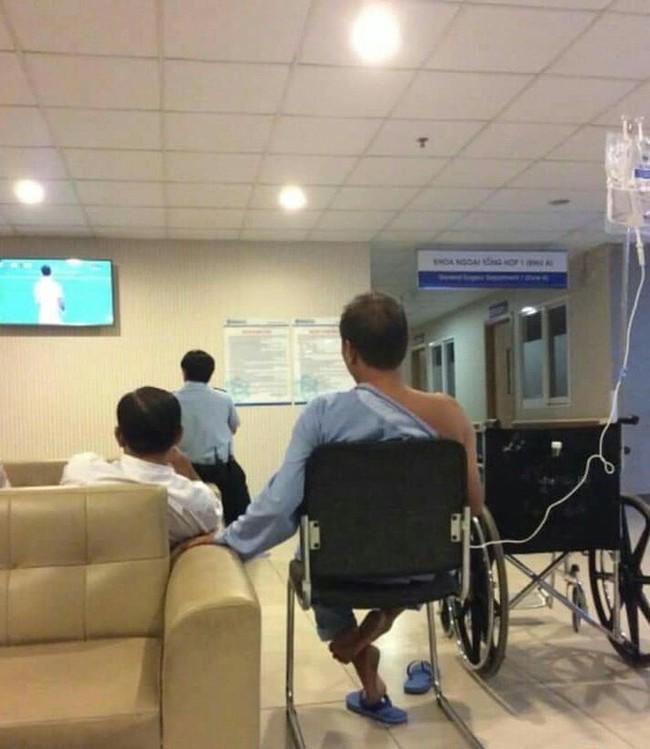 Bệnh nhân ngồi truyền nước xem bóng đá và hành động bất ngờ sau thất bại của ĐT Việt Nam - Ảnh 1.