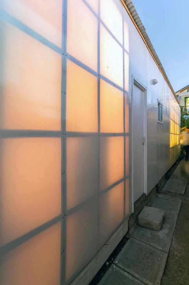 Ngôi nhà hot rần rần vì diện tích cực nhỏ và tiết kiệm chi phí nhờ làm từ chất liệu gỗ và Polycarbonate - Ảnh 4.