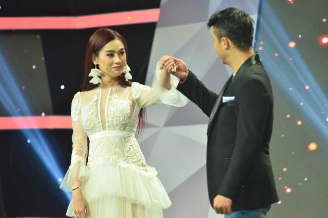 Vắng chồng trẻ điển trai, Lâm Khánh Chi hóa Tiểu Long Nữ tình tứ bên Trương Thế Vinh  - Ảnh 3.