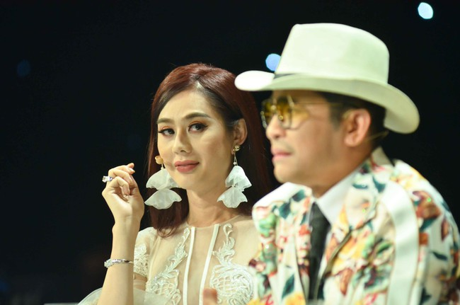 Vắng chồng trẻ điển trai, Lâm Khánh Chi hóa Tiểu Long Nữ tình tứ bên Trương Thế Vinh  - Ảnh 6.