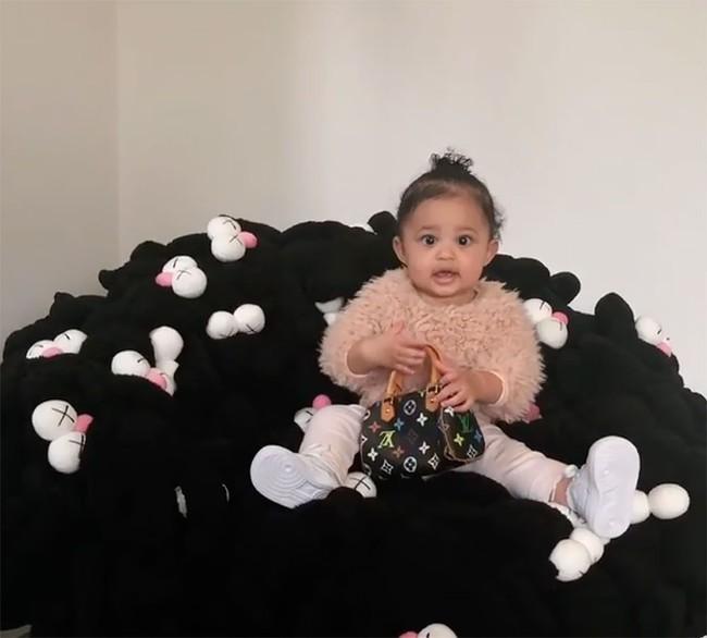 Chẳng phải Suri hay Harper, các bé gái nhà Kardashian mới là công chúa mê túi hiệu sang chảnh bậc nhất showbiz! - Ảnh 1.