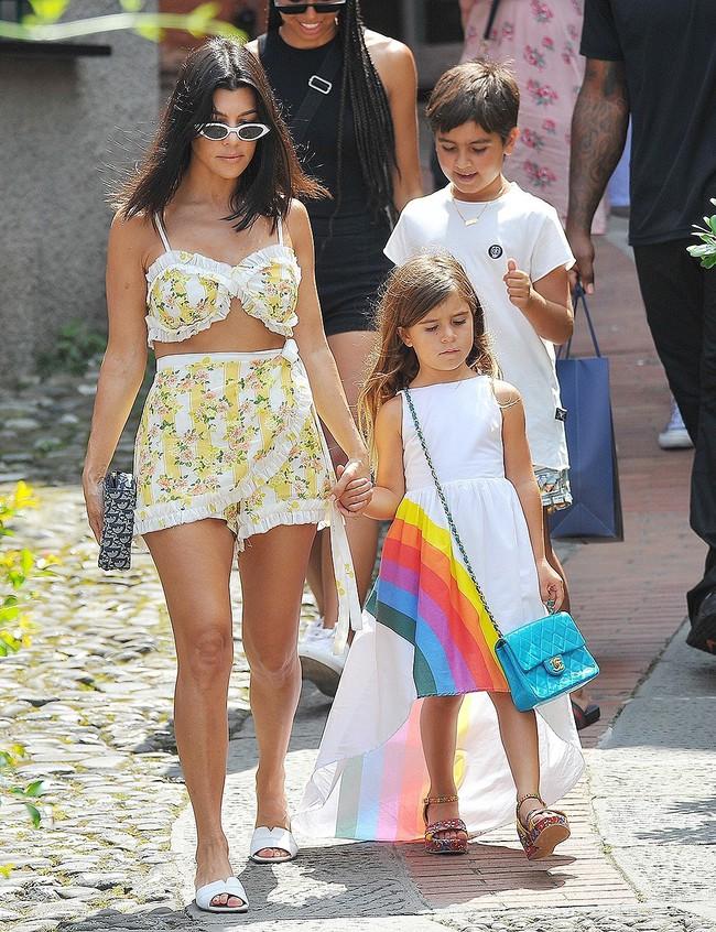 Chẳng phải Suri hay Harper, các bé gái nhà Kardashian mới là công chúa mê túi hiệu sang chảnh bậc nhất showbiz! - Ảnh 13.