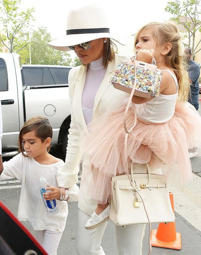 Chẳng phải Suri hay Harper, các bé gái nhà Kardashian mới là công chúa mê túi hiệu sang chảnh bậc nhất showbiz! - Ảnh 15.