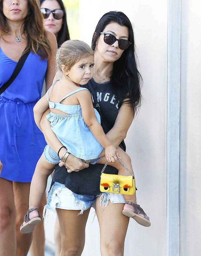Chẳng phải Suri hay Harper, các bé gái nhà Kardashian mới là công chúa mê túi hiệu sang chảnh bậc nhất showbiz! - Ảnh 17.