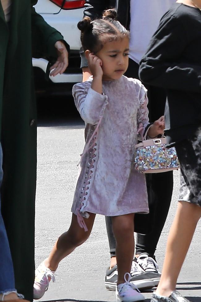 Chẳng phải Suri hay Harper, các bé gái nhà Kardashian mới là công chúa mê túi hiệu sang chảnh bậc nhất showbiz! - Ảnh 5.