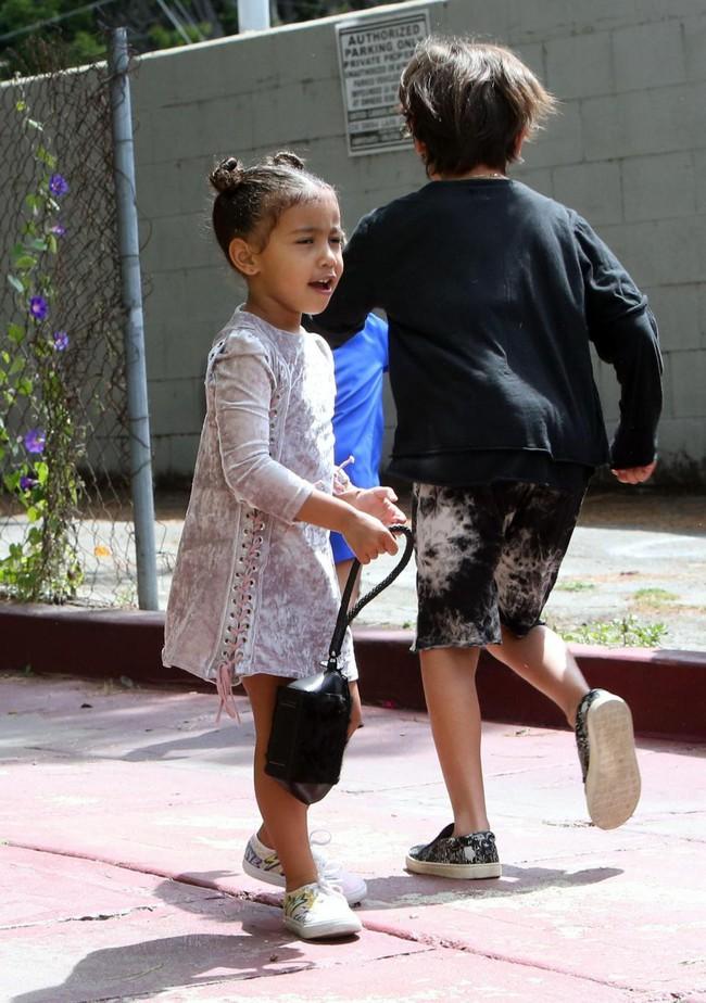 Chẳng phải Suri hay Harper, các bé gái nhà Kardashian mới là công chúa mê túi hiệu sang chảnh bậc nhất showbiz! - Ảnh 6.