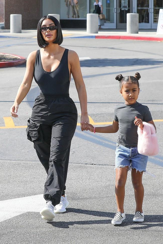 Chẳng phải Suri hay Harper, các bé gái nhà Kardashian mới là công chúa mê túi hiệu sang chảnh bậc nhất showbiz! - Ảnh 9.