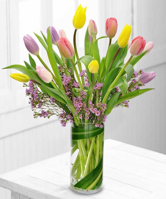Những cách cắm hoa vừa dễ vừa đẹp trang trí nhà dịp Tết - Ảnh 1.