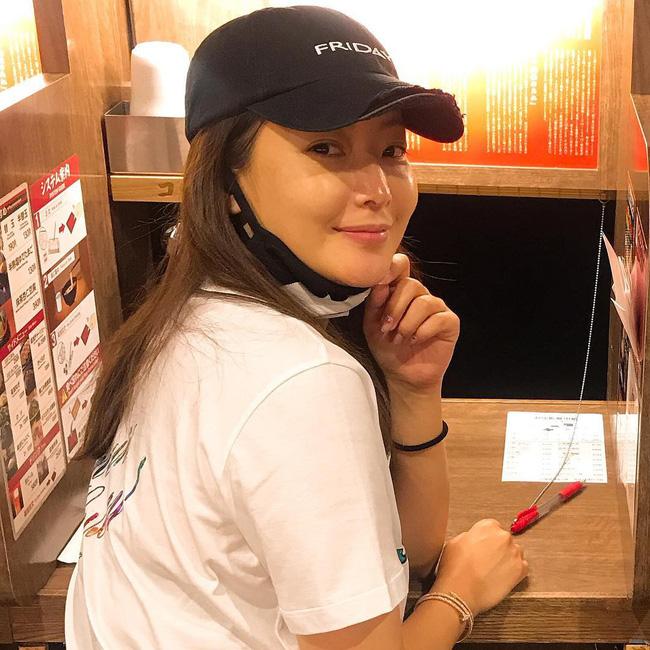 """Khoe ảnh mặt mộc, Kim Hee Sun chứng minh đẳng cấp """"quốc bảo nhan sắc"""" xứ Hàn vì đẹp chẳng kém khi makeup kỹ lưỡng - Ảnh 2."""