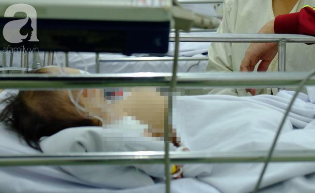 Thương tâm: Bình xăng cũ phát nổ trong đống rác, bé 28 tháng tuổi tử vong vì bỏng nặng - Ảnh 1.