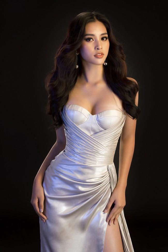 Mới đăng quang, Tiểu Vy đã diện váy xẻ siêu cao, đọ sắc với Đỗ Mỹ Linh mặc đầm cut-out bạo không kém - Ảnh 3.