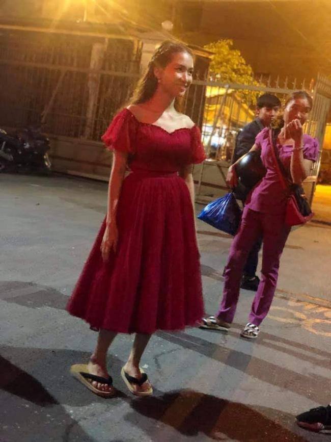 Bi hài chuyện đi giày siêu cao gót của Hòa Minzy: từ sang chảnh thành bình dân chỉ trong tích tắc - Ảnh 3.