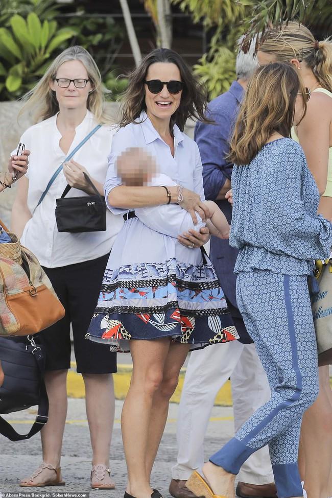 Em gái Công nương Kate mặc bikini khoe cơ bụng săn chắc khi vừa sinh con được 13 tuần - Ảnh 2.