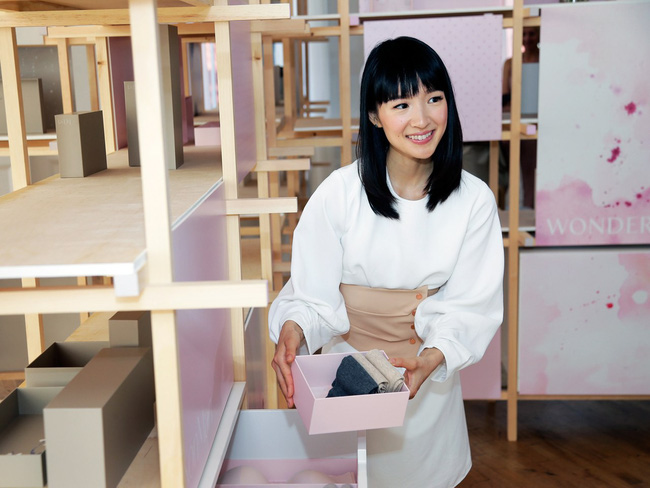 5 cách dọn nhà kiểu Kon Mari hay nghệ thuật của sự buông bỏ để Tết nhàn tênh  - Ảnh 2.