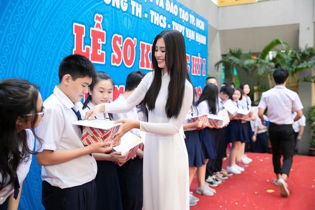 Trang điểm nhẹ như không, Hoa hậu Tiểu Vy vẫn xinh hút hồn khi về thăm lại trường cấp 3 - Ảnh 3.