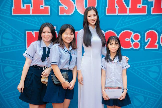 Trang điểm nhẹ như không, Hoa hậu Tiểu Vy vẫn xinh hút hồn khi về thăm lại trường cấp 3 - Ảnh 4.