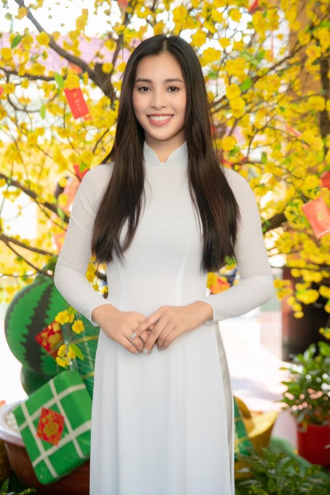 Trang điểm nhẹ như không, Hoa hậu Tiểu Vy vẫn xinh hút hồn khi về thăm lại trường cấp 3 - Ảnh 1.