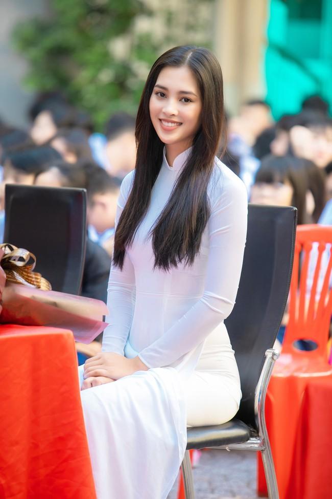 Trang điểm nhẹ như không, Hoa hậu Tiểu Vy vẫn xinh hút hồn khi về thăm lại trường cấp 3 - Ảnh 2.