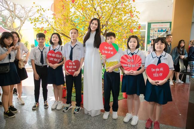 Trang điểm nhẹ như không, Hoa hậu Tiểu Vy vẫn xinh hút hồn khi về thăm lại trường cấp 3 - Ảnh 5.