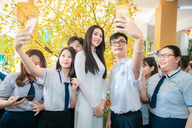 Trang điểm nhẹ như không, Hoa hậu Tiểu Vy vẫn xinh hút hồn khi về thăm lại trường cấp 3 - Ảnh 7.