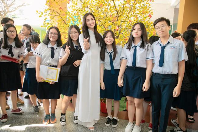 Trang điểm nhẹ như không, Hoa hậu Tiểu Vy vẫn xinh hút hồn khi về thăm lại trường cấp 3 - Ảnh 8.