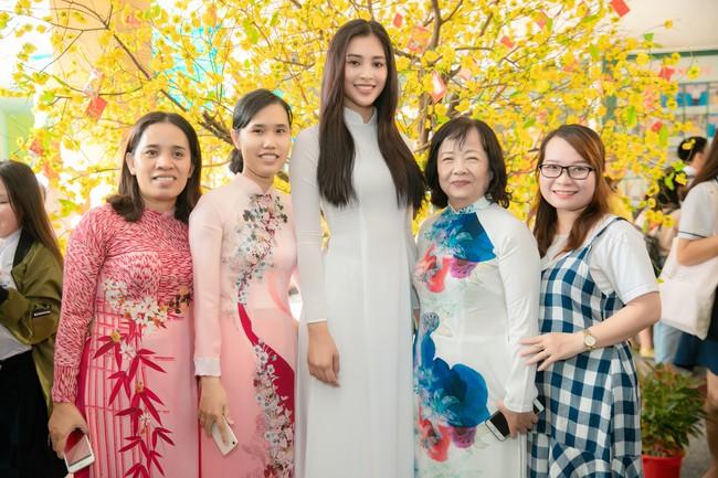 Trang điểm nhẹ như không, Hoa hậu Tiểu Vy vẫn xinh hút hồn khi về thăm lại trường cấp 3 - Ảnh 9.