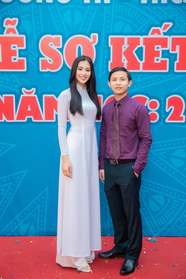 Trang điểm nhẹ như không, Hoa hậu Tiểu Vy vẫn xinh hút hồn khi về thăm lại trường cấp 3 - Ảnh 6.