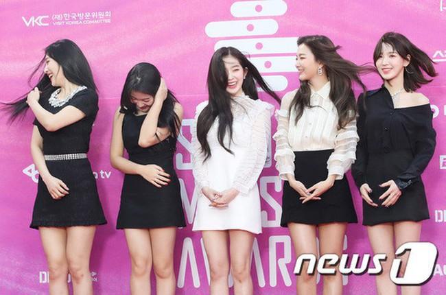 Câu hỏi chưa có lời đáp: Vì sao idol Hàn cứ phải mặc váy vừa ngắn vừa mỏng giữa mùa đông âm độ? - Ảnh 1.