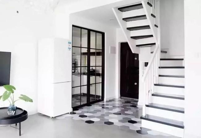 Ngôi nhà ống 50m² vừa tối vừa lạc hậu lột xác đẹp cá tính và hiện đại với màu đen trắng sau cải tạo - Ảnh 6.