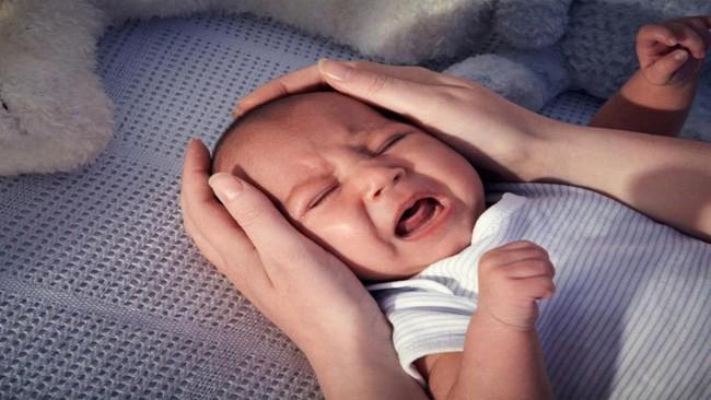 Khi trẻ ngã từ trên giường xuống đất, cha mẹ không nên đỡ trẻ lên luôn mà thay vào đó cần làm chính điều này - Ảnh 1.