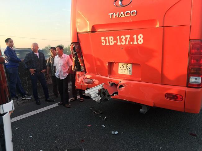 Một xe khách khác cũng bị hư hỏng nặng khi va chạm.
