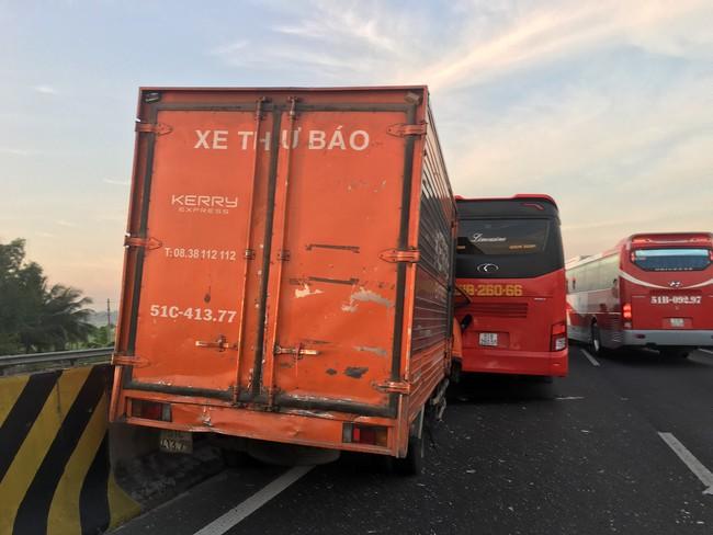 Vụ va chạm xảy ra ngay trên cao tốc TP.HCM - Trung Lương.