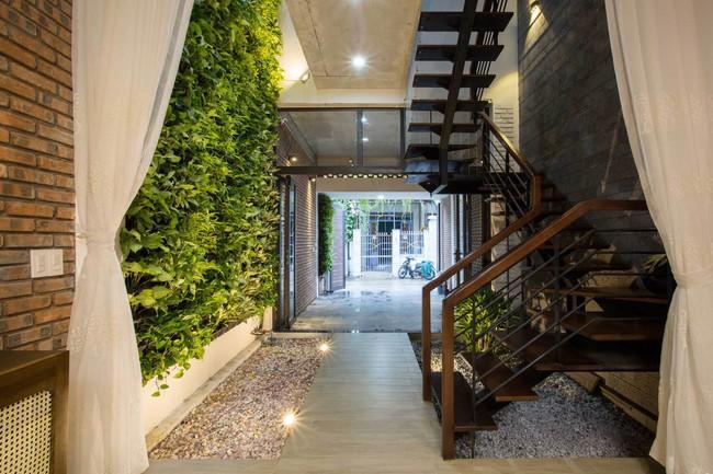 23 15463962687521803392200 - Ngôi nhà sâu đến 25m nhưng vừa xanh vừa thoáng nhờ hệ giếng trời và vườn đứng cực thông minh ở Đà Nẵng
