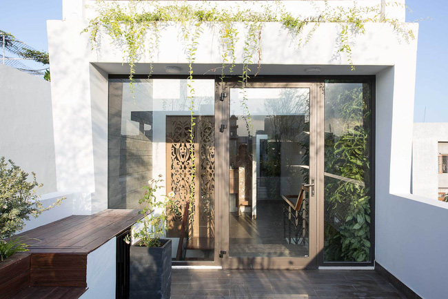 24 15463962687541614248162 - Ngôi nhà sâu đến 25m nhưng vừa xanh vừa thoáng nhờ hệ giếng trời và vườn đứng cực thông minh ở Đà Nẵng