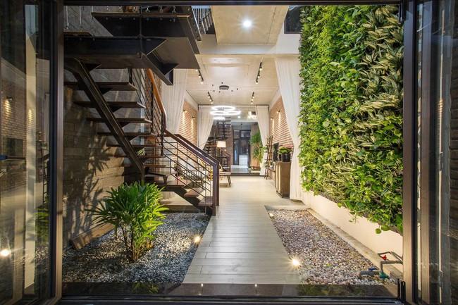 3 15463962687031300740209 - Ngôi nhà sâu đến 25m nhưng vừa xanh vừa thoáng nhờ hệ giếng trời và vườn đứng cực thông minh ở Đà Nẵng