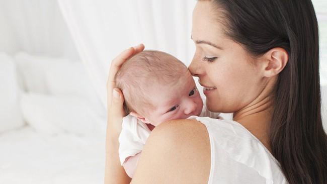 Cứ ngỡ các mẹ hay bế con phía bên trái chỉ là thói quen thôi, nhưng đằng sau là lý do đầy bất ngờ - Ảnh 1.
