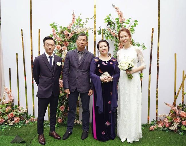 Đàm Thu Trang diện áo dài trắng, make up nhẹ như không, đơn giản hơn hẳn so với 2 cô bạn thân trước đó - Ảnh 1.