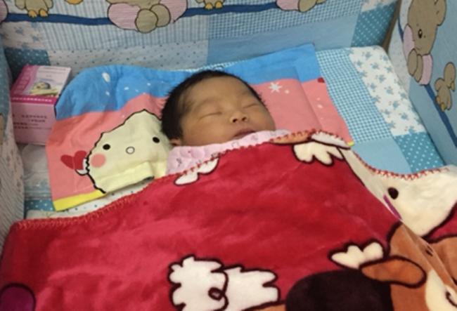 8 ngày sau sinh, bác sĩ nhìn thấy điều kinh khủng ở rốn em bé và tức giận vì sự thiếu hiểu biết của mẹ - Ảnh 2.