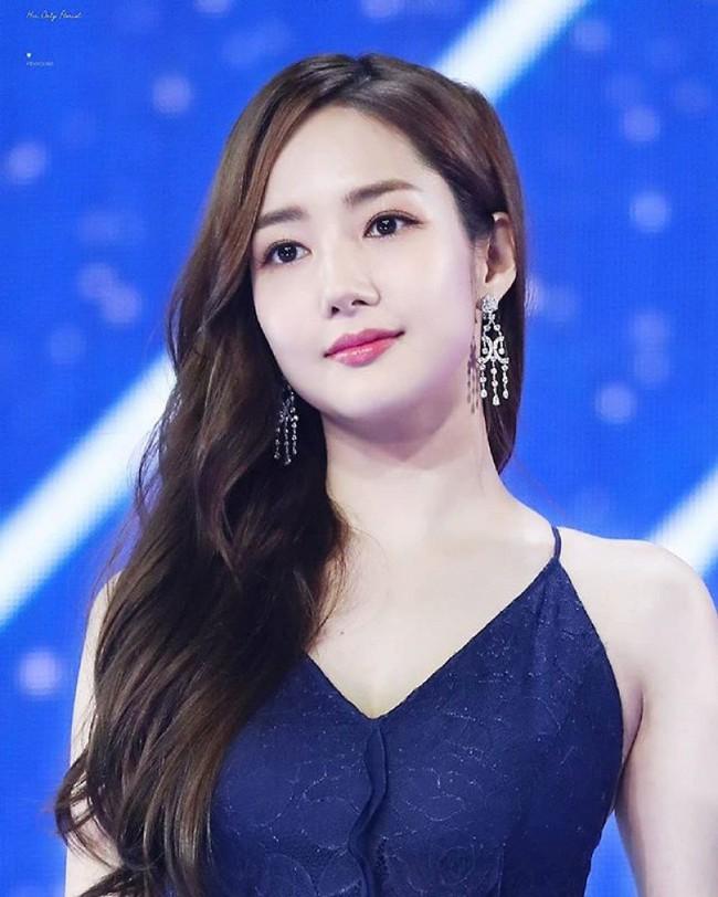 Khéo sửa váy, Park Min Young đẹp mà vẫn sexy hơn cả mỹ nữ bị cắt sóng trên truyền hình vì khoe vòng 1 quá đà - Ảnh 1.