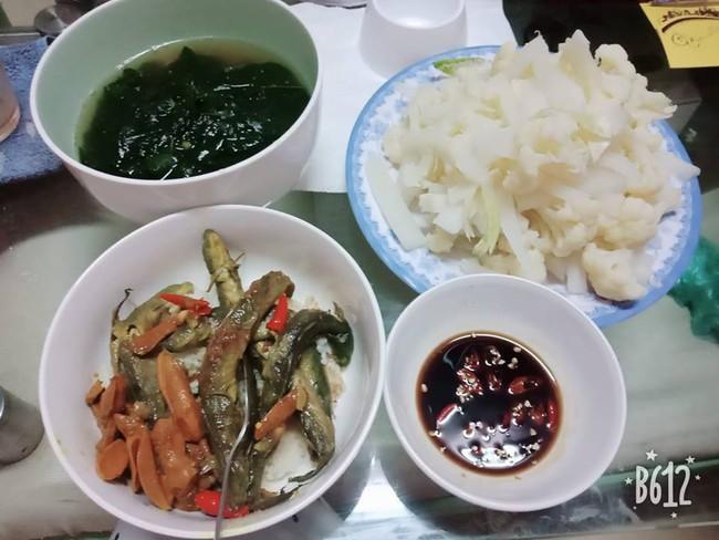 Mâm cơm với món cá khô đạm bạc của mẹ trẻ được chị em khen tíu tít, sau đó là 1 bí mật đáng buồn - Ảnh 2.