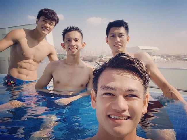 Có 4 trai đẹp thư giãn trong bể bơi, nhưng gây chú ý hơn cả là thân hình cực phẩm của Bùi Tiến Dũng - Ảnh 1.