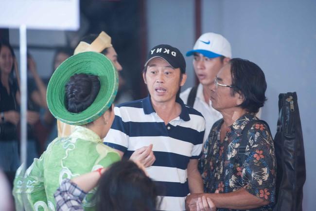 Hoài Linh diện áo thun giản dị, đội mưa đến trường quay vì người này  - Ảnh 3.