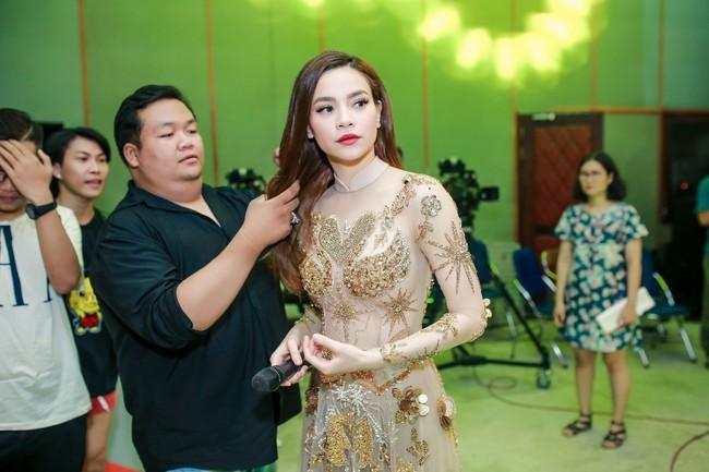 Hồ Ngọc Hà đeo vàng đỏ người, một mình tất bật chạy show dịp cuối năm - Ảnh 6.