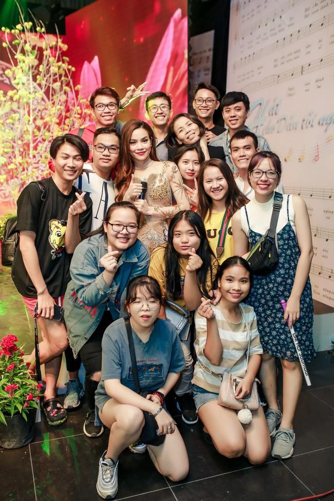 Hồ Ngọc Hà đeo vàng đỏ người, một mình tất bật chạy show dịp cuối năm - Ảnh 4.
