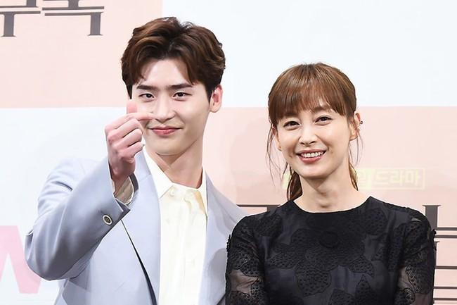 Phụ lục tình yêu: Mới tập đầu, Lee Jong Suk đã phải đứng nhìn Lee Na Young lên xe hoa với người khác - Ảnh 1.